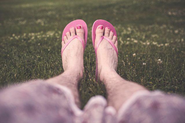 chilling-cross-dress-feet-1996